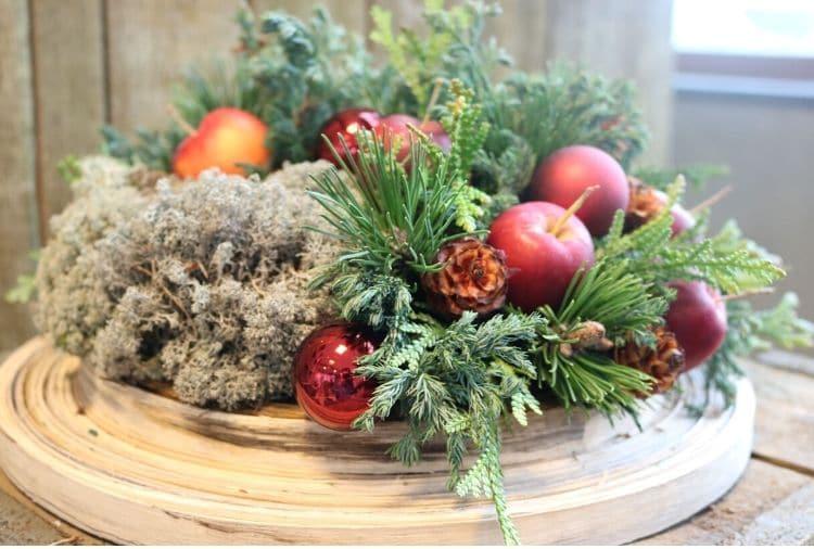 traditioneel kerststuk in rood en groen