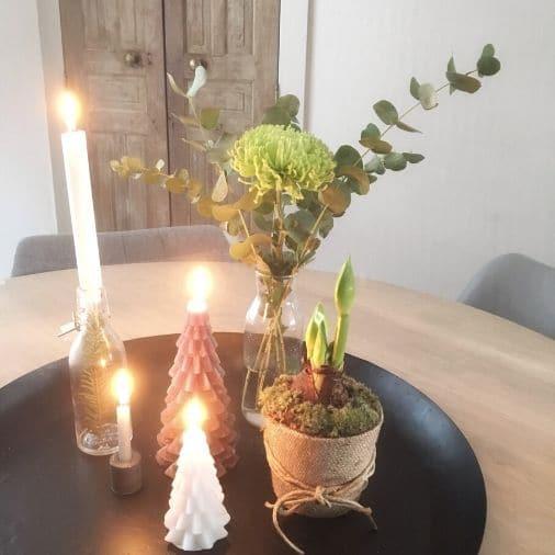 kerstinspiratie met kerstkaarsen en eucalyptus takken